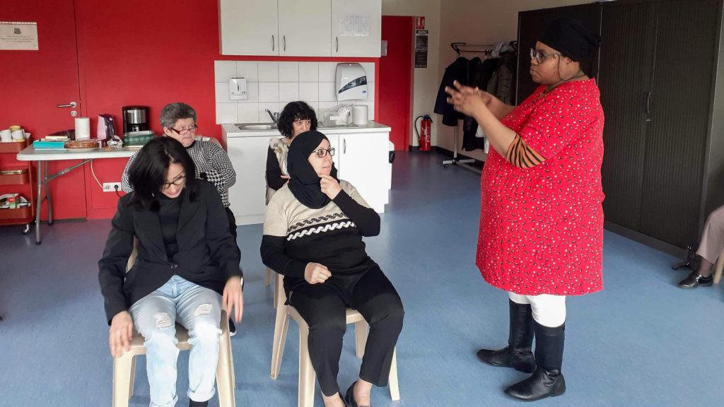 Dans le cadre d'un atelier de la quinzaine de l'égalité, quatre femmes de la Gauthière improvisent une scène de départ en vacance.